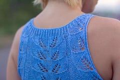 De eenzame vrouw in een mooi gebreid jasje De mooie vrouw op gang Modieuze kleren Zaken Dame #37 Exclusieve handicr Royalty-vrije Stock Foto