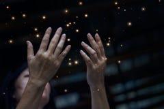 De eerbied en bidt en stardust op stad bij nachtachtergrond Stock Afbeeldingen