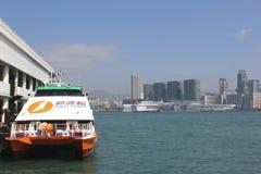 De eerste boot van de Veerbootsnelheid voor openbaar stadsvervoer aan de eilanden in Hongkong, China Stock Foto