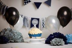 De eerste Cake van de Verjaardag Ineenstortingscake Één Jaar Verbrijzelingscake Room turkooise en witte cake royalty-vrije stock afbeeldingen