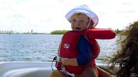 De eerste keer van de leuke baby op een boot, 4K stock videobeelden