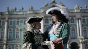 De eerste keizer van Rusland Peter I koestert zijn geliefde Catherine I bij zonsondergang stock footage