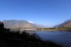 De Eerste Kromming van Yangtze-Rivier dichtbij het dorp van Shigu, Yunnan, China stock fotografie