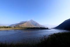 De Eerste Kromming van Yangtze-Rivier dichtbij het dorp van Shigu, Yunnan, China royalty-vrije stock fotografie