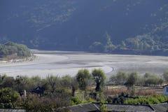 De Eerste Kromming van Yangtze-Rivier dichtbij het dorp van Shigu, Yunnan, China royalty-vrije stock foto