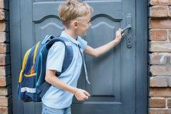 De eerste-nivelleermachine met een rugzak is bij de deur van de school De eerste vraag eind van het schooljaar honger voor kennis royalty-vrije stock foto