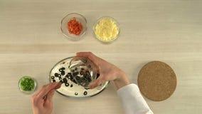 De eerste-persoonsmening over chef-kok zet tomaten in salade stock videobeelden