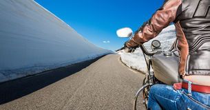 De eerste-Persoonsmening van het fietsermeisje, bergkronkelweg Royalty-vrije Stock Fotografie