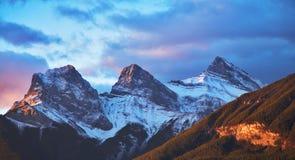 De eerste sneeuw in bergen Stock Fotografie