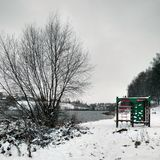De eerste sneeuw en het water in Venev Stock Afbeeldingen