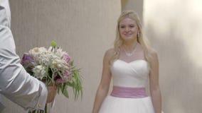 De eerste vergadering van de bruid en de bruidegom op de huwelijksdag stock videobeelden