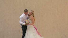 De eerste vergadering van de bruid en de bruidegom op de huwelijksdag stock video