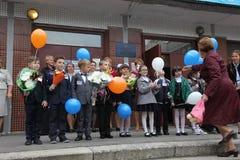 De eerste vraag 1 september, Kennisdag in Russische school Dag van kennis Eerste Dag van School Stock Afbeelding