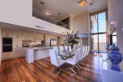 De Eetkamer van de maaltijd in het Huis van de Luxe stock afbeelding