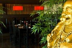 De eetkamer van het restaurant met gouden Boedha Royalty-vrije Stock Afbeeldingen