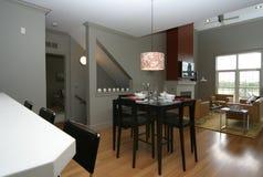 De eetkamerwoonkamer van het flatgebouw met koopflats royalty-vrije stock fotografie