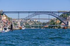 19de eeuw Dom Luis I brug over Douro-Rivier met Porto stad L en Gaia R stock fotografie