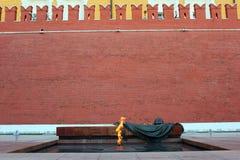 De eeuwige brand bij de muur van het Kremlin Stock Foto's