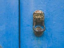 De Egyptische kloppers van de metaaldeur op een oude blauwe deur Royalty-vrije Stock Foto's