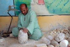 De Egyptische kunstenaars maken mooie voorwerpen met eenvoudige middelen Stock Foto's