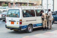 De Egyptische Politiemannen controleren voertuig Royalty-vrije Stock Foto's