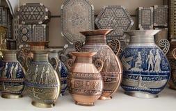 De Egyptische vazen zijn op de showcase Royalty-vrije Stock Fotografie
