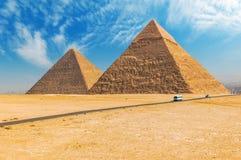 De egyptiska pyramiderna av Giza på bakgrunden av Kairo Miracl Arkivfoto