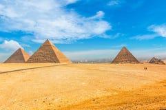 De egyptiska pyramiderna av Giza på bakgrunden av Kairo Miracl Arkivbilder