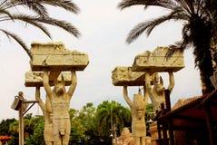 De egyptiska statyerna på universella studior Singapore arkivbilder