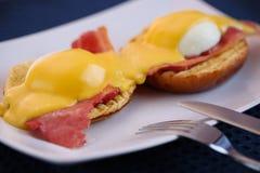 De eieren Benedict met ham en hollandaise saus Stock Afbeelding