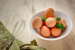 De eieren in een kom met zwaaien Stock Foto
