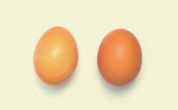 2 de eieren en één zijn gebarsten uitstekende kleur Stock Foto's