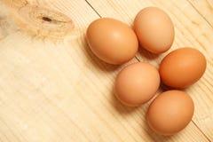 De eieren leggen op houten achtergrond Voedselingrediënt royalty-vrije stock afbeeldingen