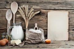 De eieren van bakselingrediënten, bloem, melk, boter, zonnebloemolie royalty-vrije stock afbeelding