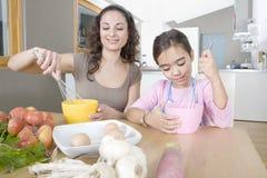 De Eieren van de Afstraffing van de moeder en van de Dochter in Keuken stock foto's