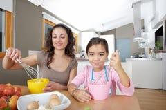 De Eieren van de Afstraffing van de moeder en van de Dochter in Keuken stock afbeeldingen