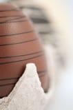 De Eieren van de chocolade in krat Stock Foto's