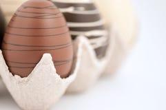 De Eieren van de chocolade in krat Stock Fotografie
