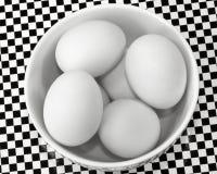 De eieren van de eend in kom Stock Foto's