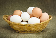 De Eieren van de kip in een Mand Stock Foto
