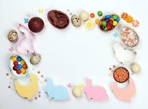 De eieren van de kaderchocolade en Pasen-decoratie op een witte achtergrond stock foto's