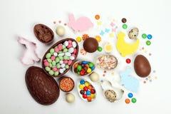 De eieren van de kaderchocolade en Pasen-decoratie op een witte achtergrond Gelukkige Pasen stock foto