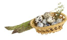 De eieren van kwartels in een mand Stock Foto