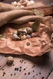 De eieren van kwartels Verse, gezonde, organische, eiwitkwartelseieren op een houten achtergrond Peper en gekookte eieren Rustiek Royalty-vrije Stock Fotografie