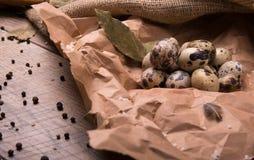 De eieren van kwartels Verse, gezonde, organische, eiwitkwartelseieren op een houten achtergrond Peper en gekookte eieren Rustiek Stock Foto's