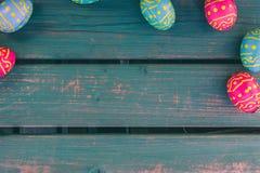 De eieren van Pasen choclate, groene bank, Pasen-achtergrond royalty-vrije stock afbeeldingen
