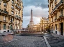 De eifeltoren in Parijs van een uiterst kleine straat stock afbeeldingen