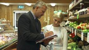 De Eigenaar van Bankdirecteurmeeting with female van Landbouwbedrijfwinkel stock videobeelden