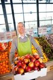 De Eigenaar van de supermarkt met Verse Opbrengst Stock Foto's