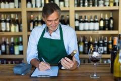 De eigenaar van de wijnwinkel Stock Afbeelding